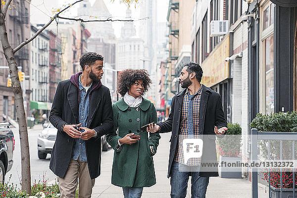 Geschäftsleute im Gespräch auf einem Fußweg in der Stadt