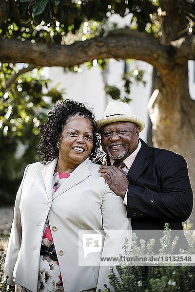 Porträt eines glücklichen älteren Paares im Park stehend