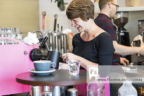 Baristas machen Kaffee im Café