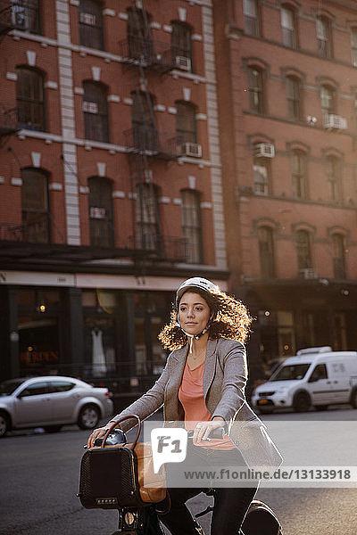 Geschäftsfrau fährt Fahrrad auf der Straße