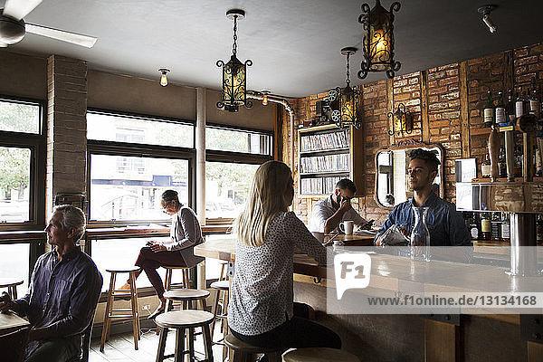 Kunden sitzen im Cafe