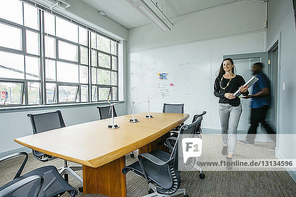 Unscharfe Bewegung von Geschäftsleuten  die den Sitzungssaal betreten