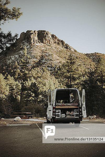Wohnmobil auf der Strasse inmitten eines Berges im Wald geparkt