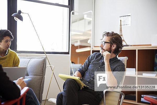 Geschäftsmann-Brainstorming mit weiblichen Kollegen im Amt