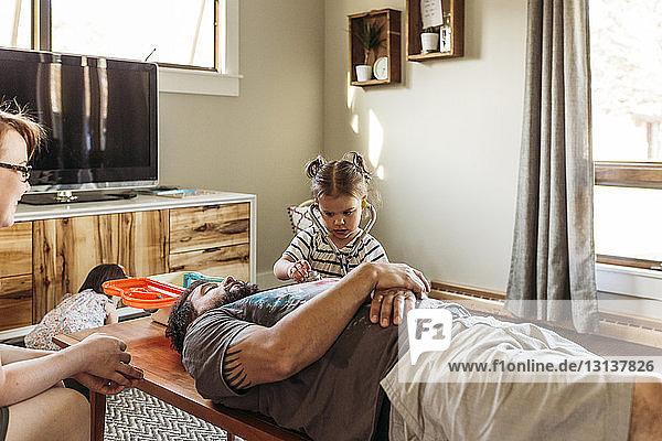 Tochter spielt mit Vater zu Hause