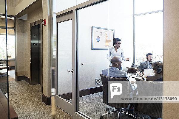 Geschäftsleute bei Besprechung im Konferenzraum