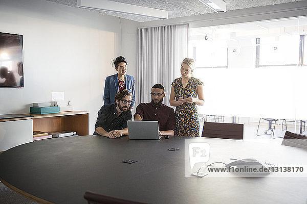 Brainstorming für Geschäftsleute im Sitzungssaal