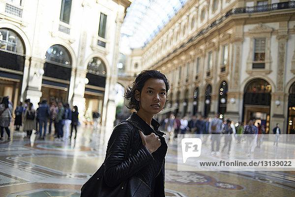 Frau genießt in der Galleria Vittorio Emanuele II