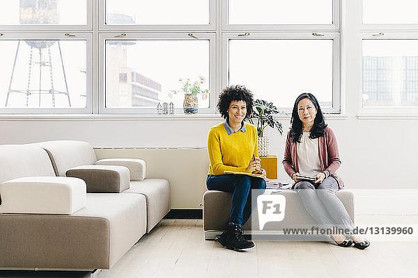 Porträt selbstbewusster Geschäftsfrauen  die im Büro arbeiten