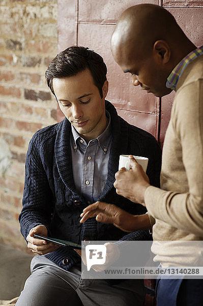 Geschäftsleute mit Tablet-Computer im Büro