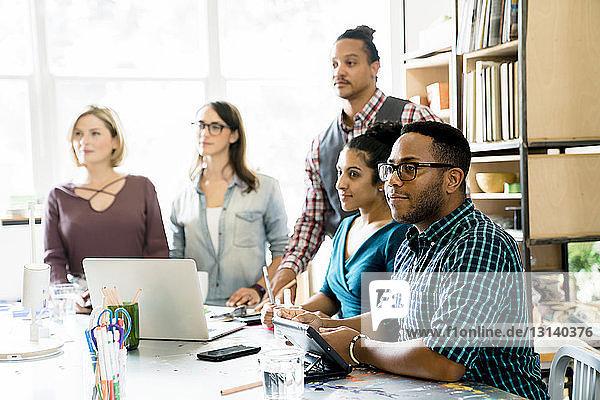 Geschäftsleute  die bei Besprechungen im Büro wegschauen
