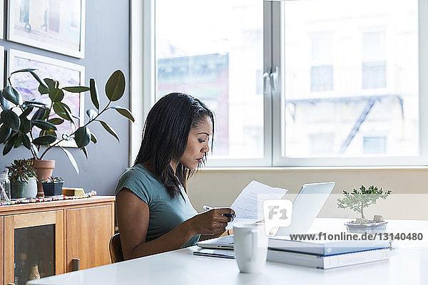 Seriöse Frau arbeitet im Home Office