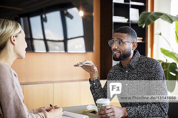 Geschäftsmann im Gespräch mit Amtskollegin