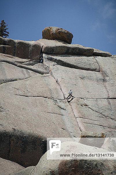 Fernsicht von Freunden beim Bergsteigen gegen klaren Himmel