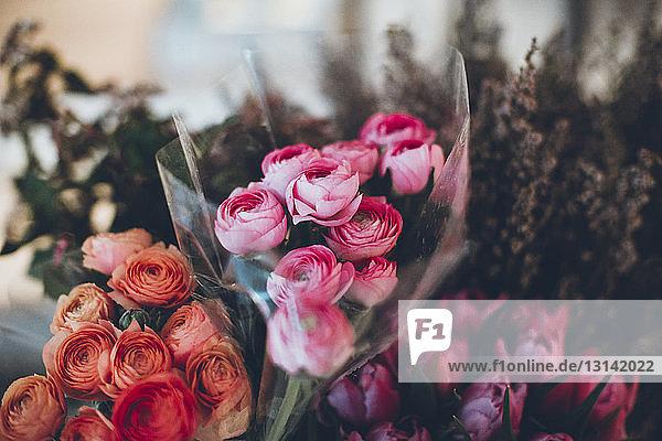 Nahaufnahme von Sträußen im Blumenladen