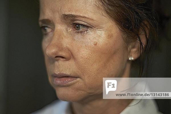 Nahaufnahme einer traurigen Frau  die wegschaut