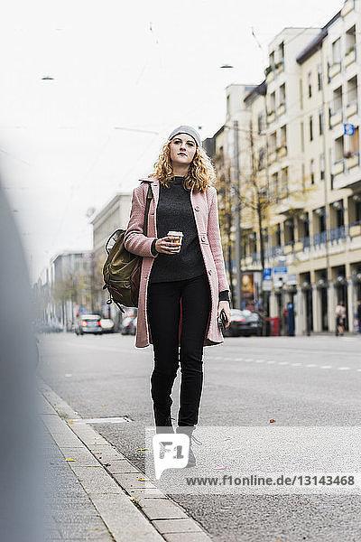 Geschäftsfrau in voller Länge auf der Straße in der Stadt