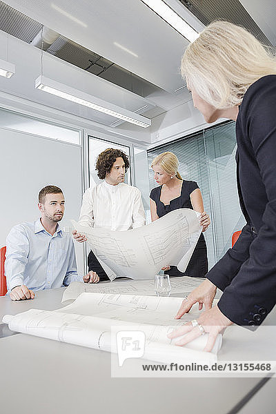 Kollegen besprechen Entwürfe im Büro