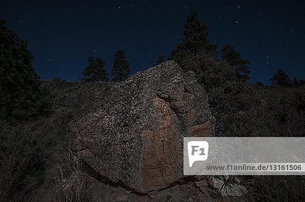 Piktogramme auf Granitfelsen bei Nacht  Naramata  Britisch-Kolumbien  Kanada