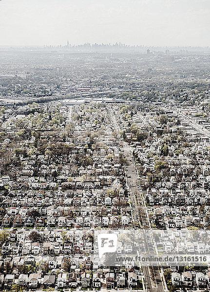 Luftaufnahme des New Yorker Viertels und der entfernten Skyline von Manhattan  New York  USA
