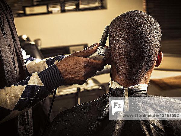 Mann mit Haarschnitt beim Friseur