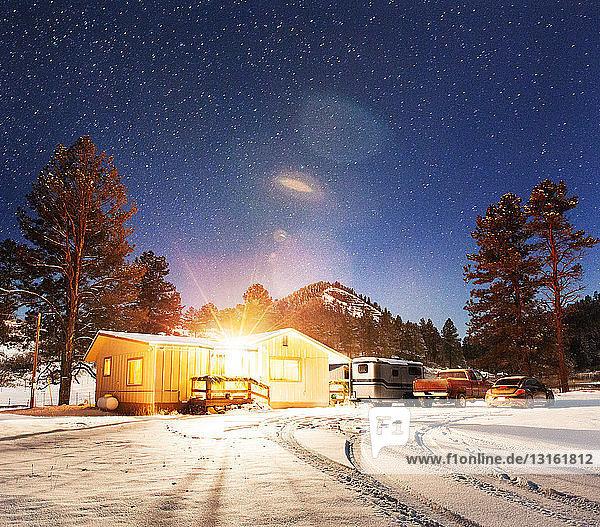 Sicherheitsbeleuchtung auf einem abgelegenen Bauernhaus bei Nacht  Pagosa Springs  Colorado  USA
