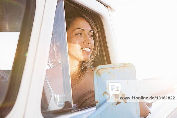 Junge Surferin schaut aus dem Fenster eines Pickup-Trucks  Leucadia  Kalifornien  USA