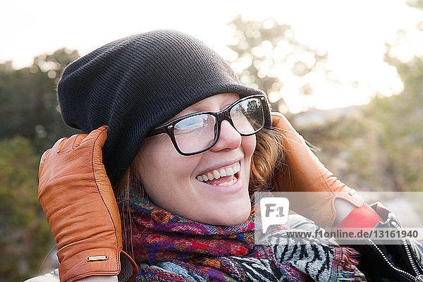 Nahaufnahme einer Frau mit Strickmütze und Schal