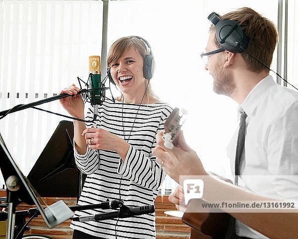 Junge Musiker proben im Musikzimmer