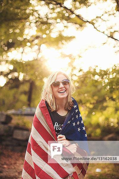 Junge Frau in US-Flagge gehüllt  Porträt