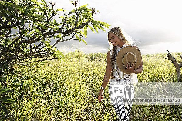 Junge Frau genießt Landschaft