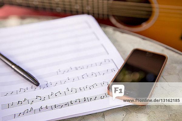 Abwesenheit,Akustikgitarre,akustische Gitarre,Anschnitt,Außenaufnahme,Bauwerk