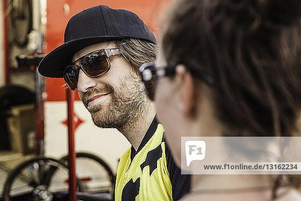 Zwei Mountainbiker machen eine Pause