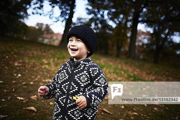Junge spielt im Park