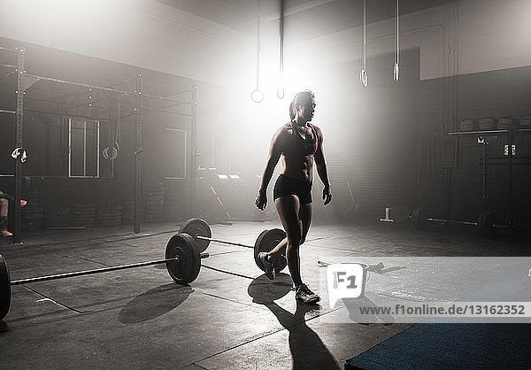 Junge Frau trainiert im Fitnessstudio