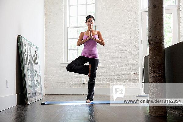Reife Frau in Yogastellung stehend  Porträt