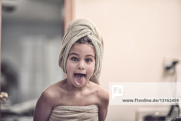 5 bis 9 Jahre,7 bis 8 Jahre,Ansicht,anziehen,Ausdruck,baden