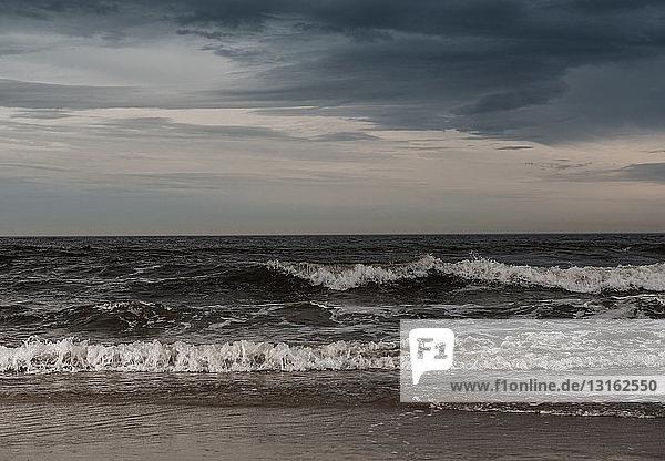 Einrollende Wellen und stürmischer Himmel  Rockaway Beach  New York  USA