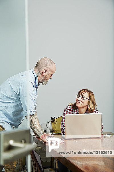 Bürokollegen mit Laptop