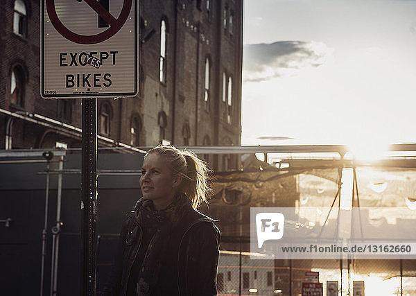 Frau am Straßenschild  Williamsburg  Brooklyn  New York  USA