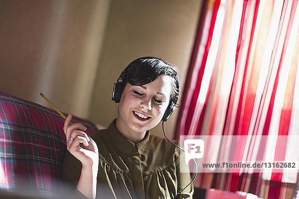 Junge Frau  die Musik hört