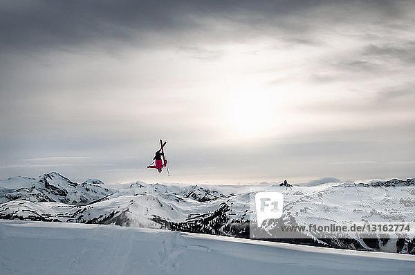 Skifahrer beim Backflip auf der natürlichen Windlippe  Whistler Blackcomb  Britisch-Kolumbien  Kanada
