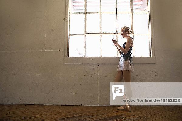 Ballett-Tänzer mit Mobiltelefon