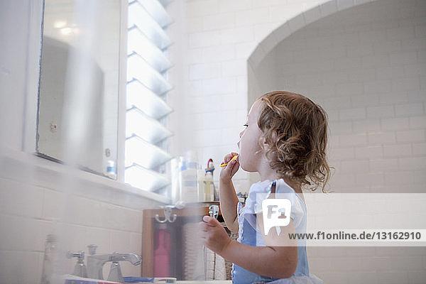 Weibliches Kleinkind putzt Zähne