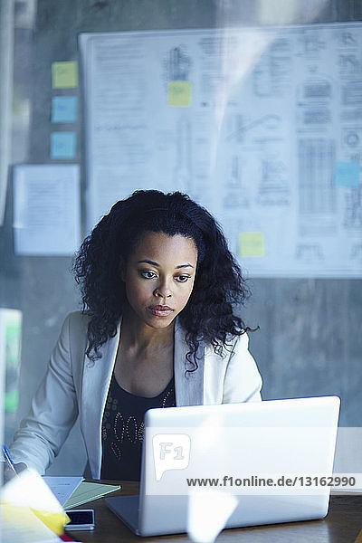 Junge Geschäftsfrauen arbeiten am Laptop im Büro