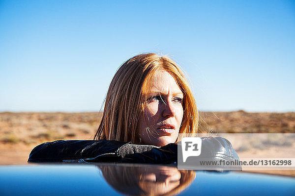 An ein Auto gelehnte Frau  Kayenta  Arizona  USA