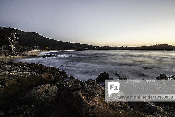 Küstenlinie bei Sonnenaufgang  Gebiet Monterey Bay  Kalifornien  USA