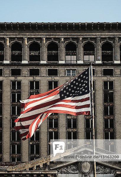 Schwenken der amerikanischen Flagge vor dem Hauptbahnhof von Michigan  Detroit  Michigan  USA