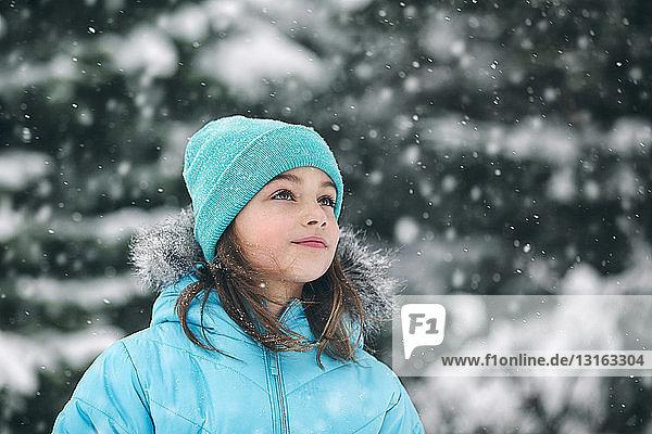 Mädchen mit Strickmütze schaut weg  schneit
