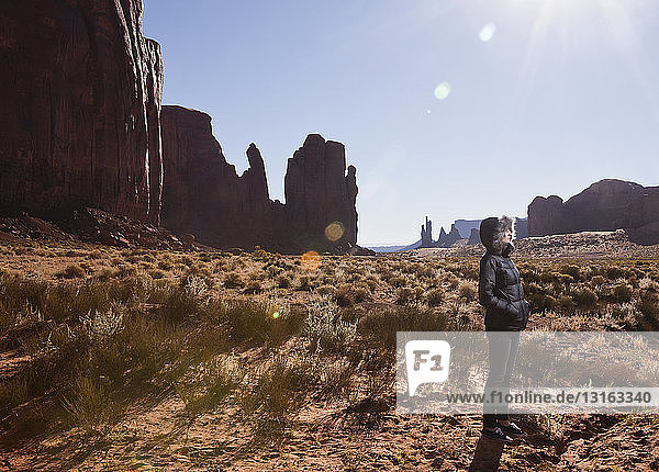 Weibliche Touristin allein im Monument Valley  Navajo Tribal Park  Arizona  USA
